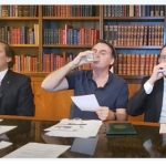 Relacionar brinde do Presidente Bolsonaro com leite ao nazismo é enganoso
